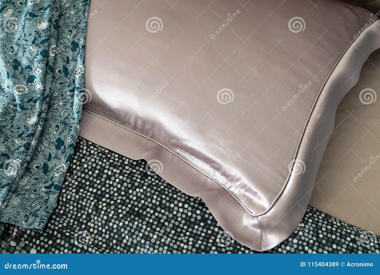 在床上的丝绸枕头