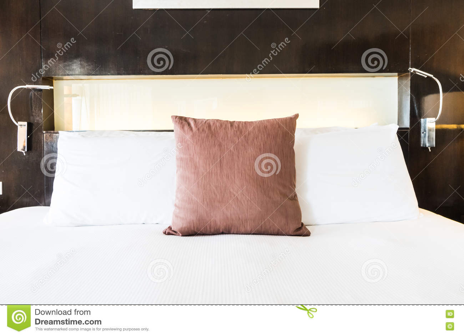 在床上的枕头