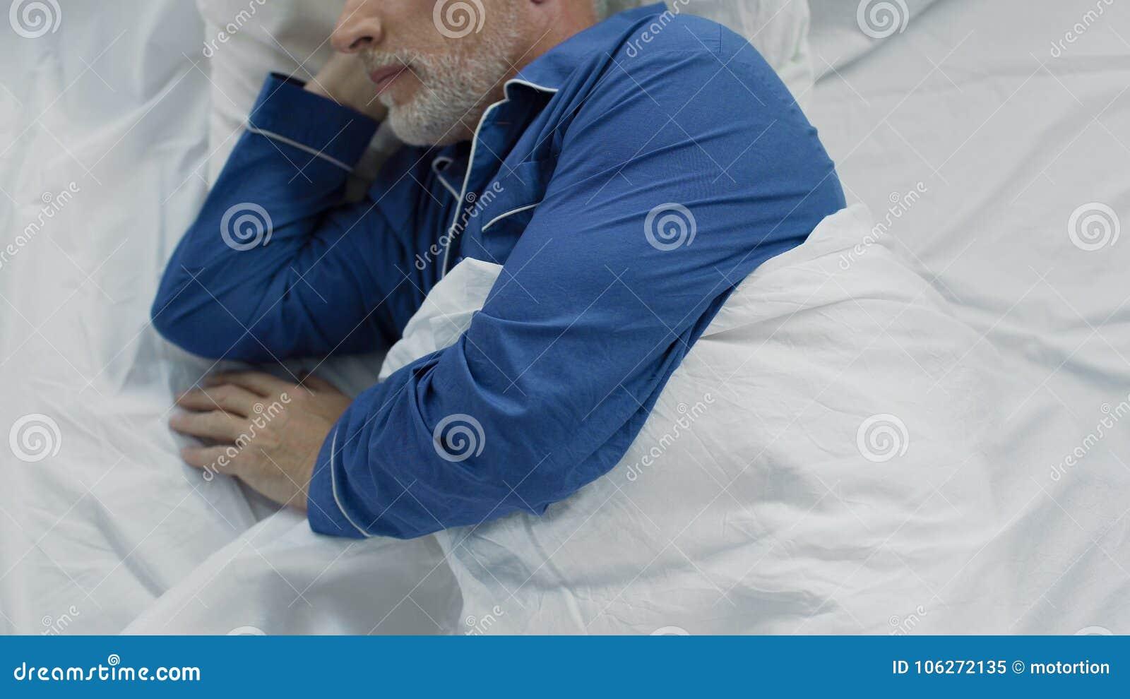 在床上的长辈,无法镇静下来和睡着,缺乏舒适