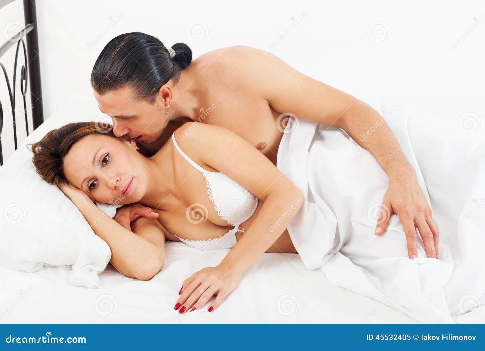 在床上醒夫妇
