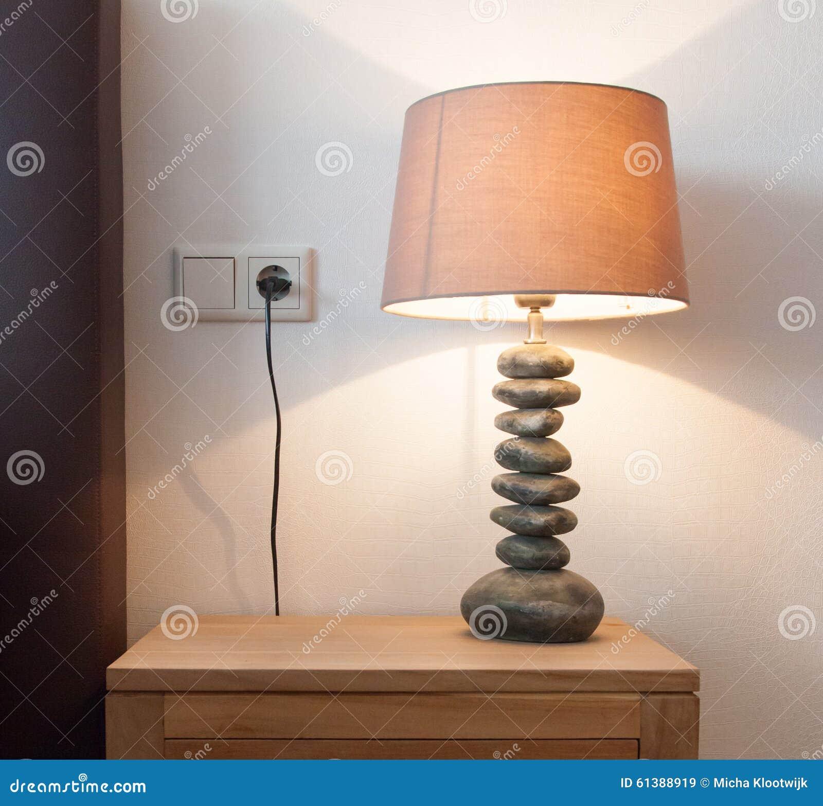 在床头柜的现代台灯图片