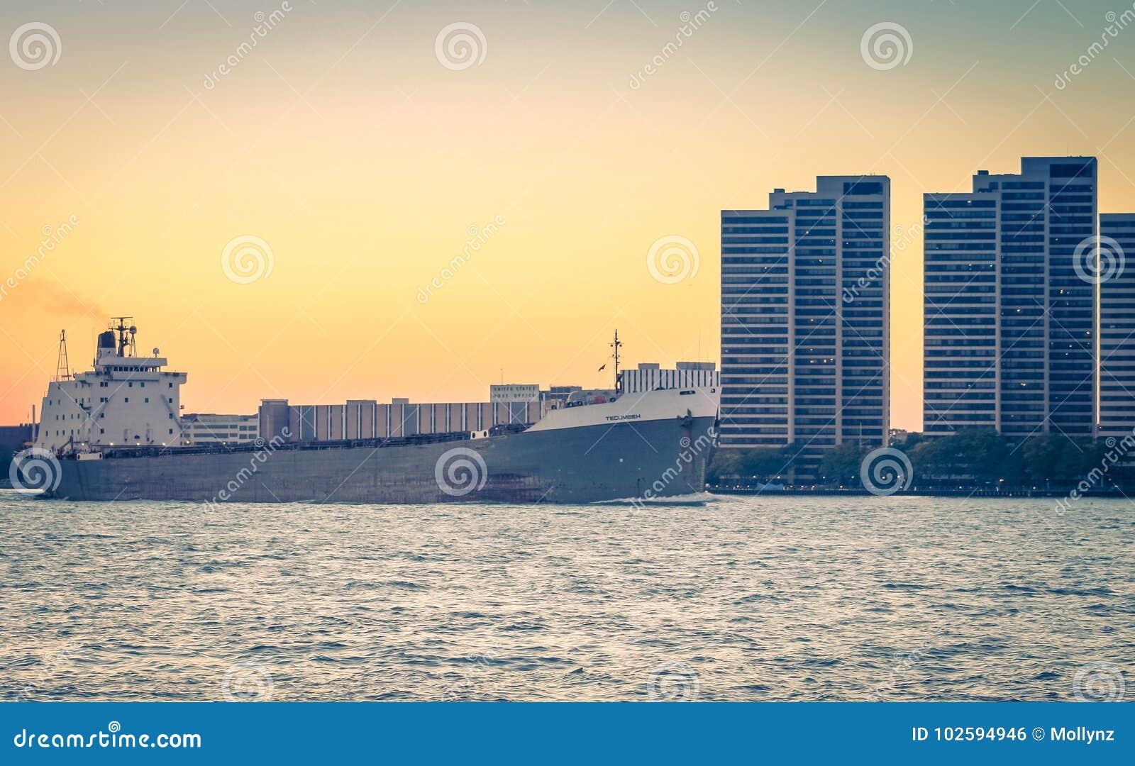 在底特律河的TECUMSEH散装货轮船