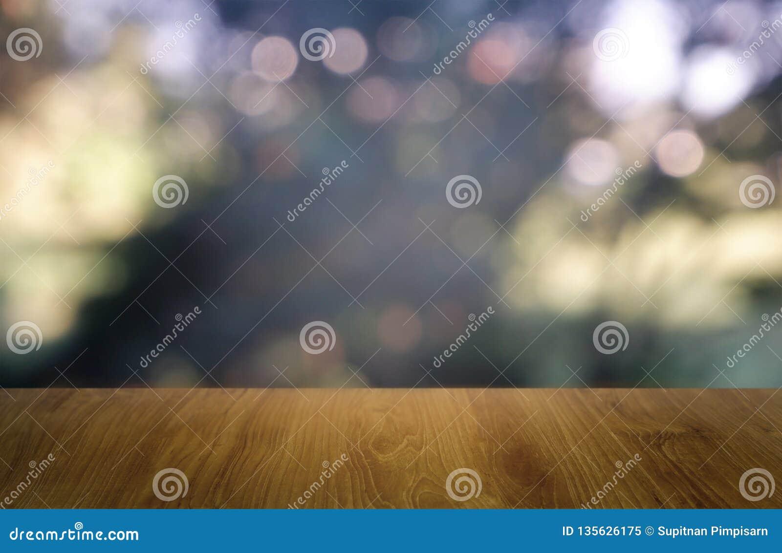 在庭院和房子背景前面抽象被弄脏的绿色的空的木桌  对蒙太奇产品显示或设计钥匙