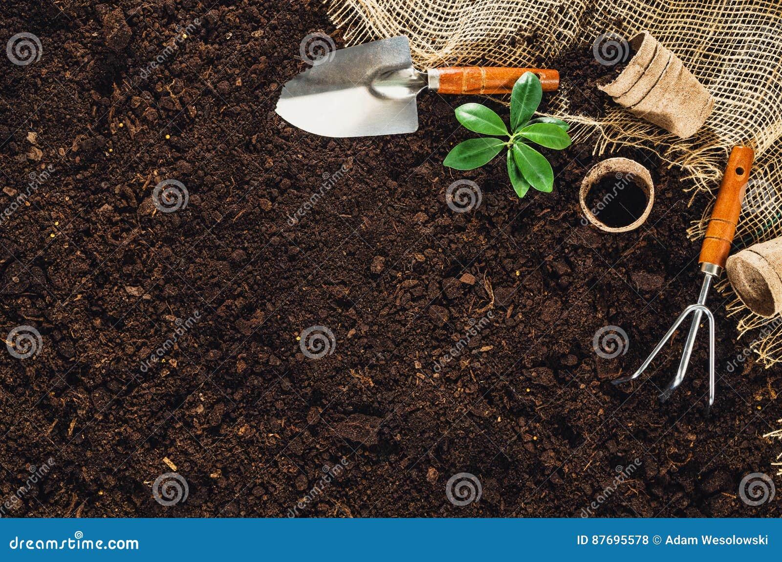 在庭院土壤的园艺工具构造背景顶视图