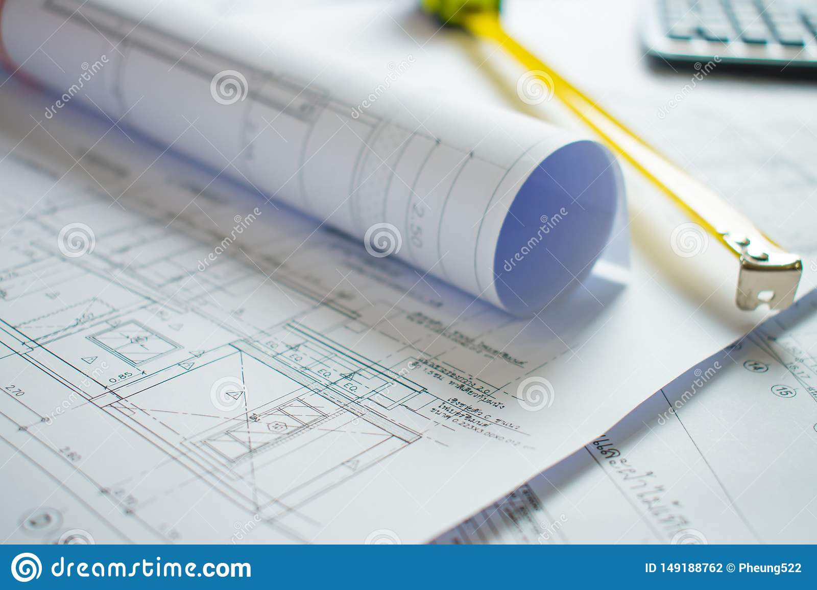 在建筑师的书桌上的家庭图纸