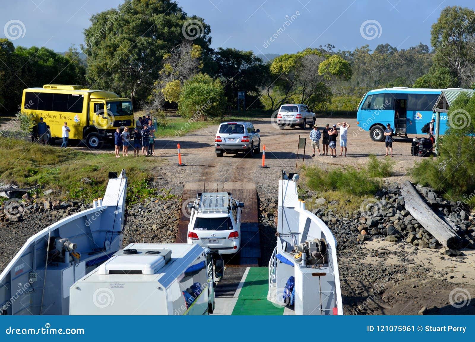 在弗雷泽岛的公路车辆下来的轮渡