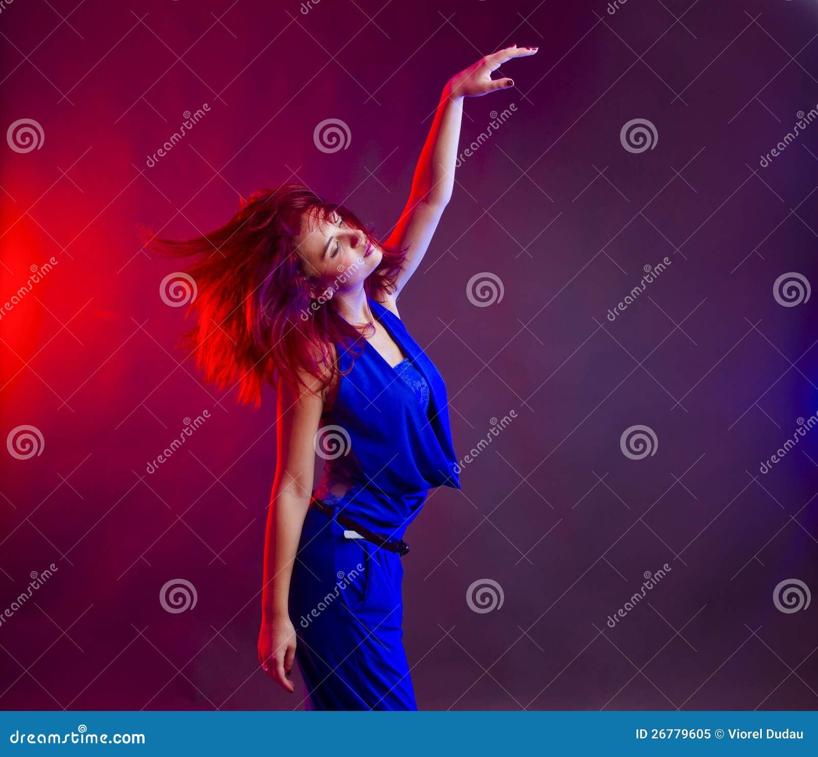 在当事人的妇女跳舞