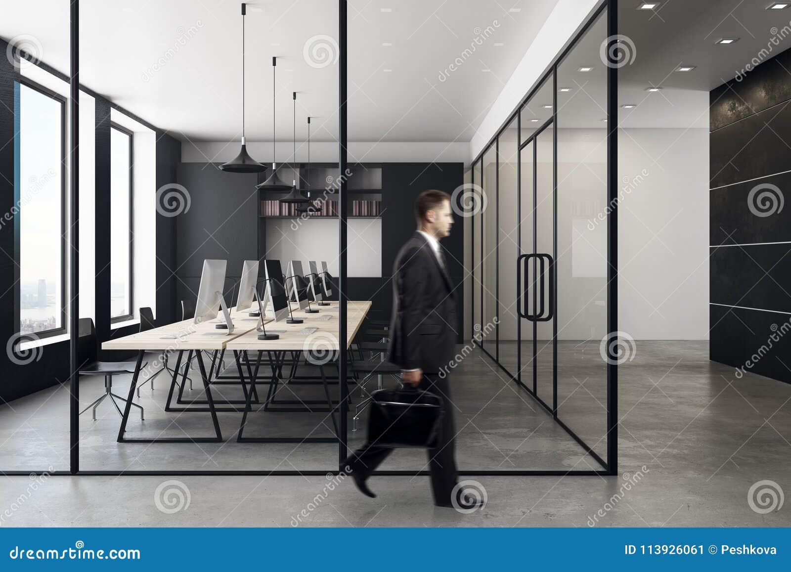 在当代coworking的办公室内部的商人
