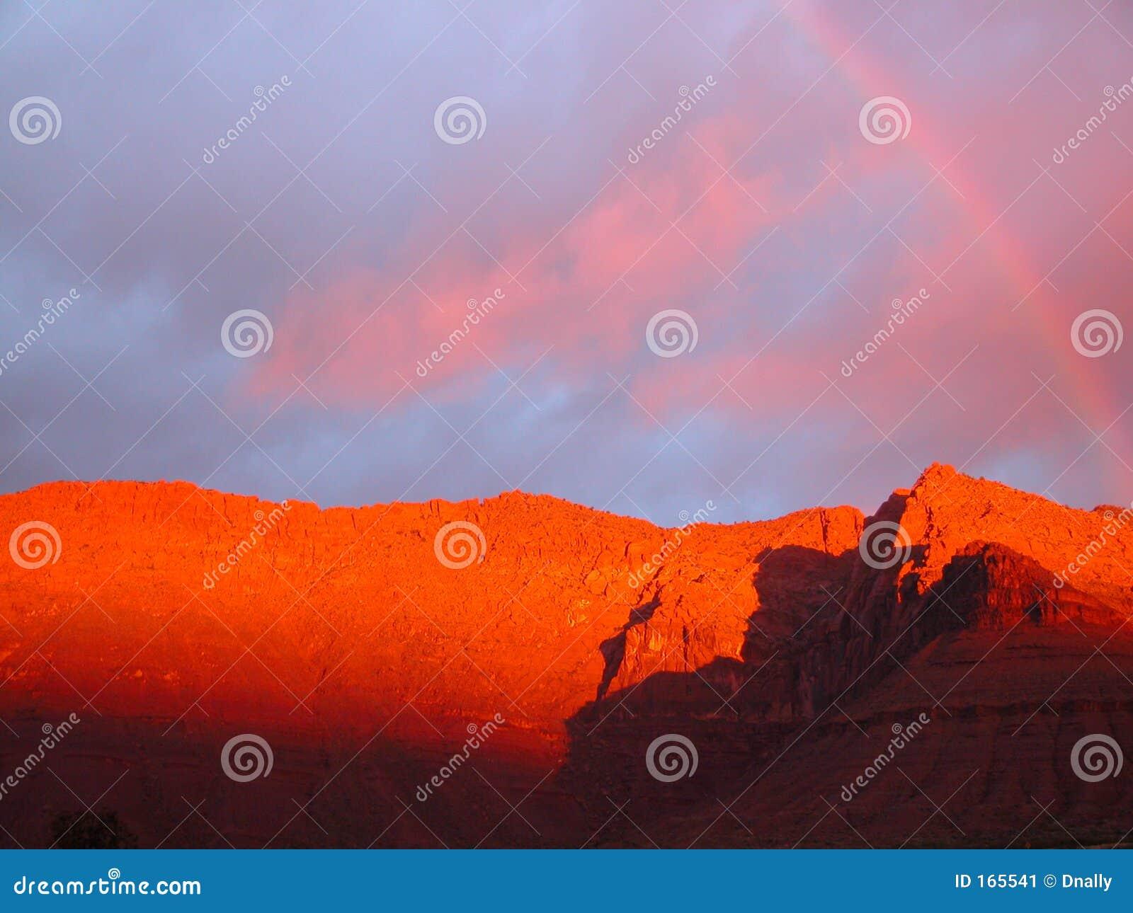 在彩虹红色的山