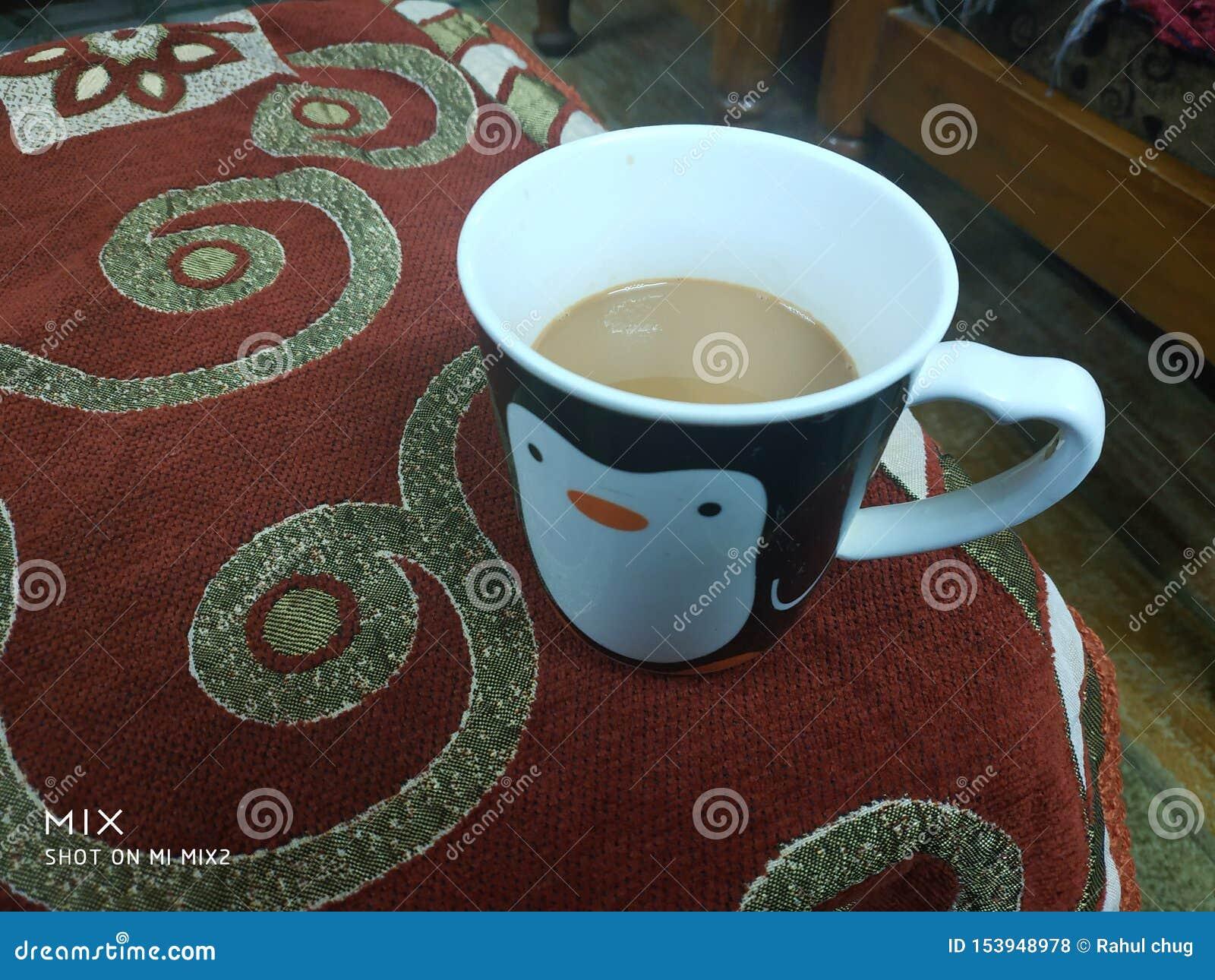 在很好的杯子的清早茶