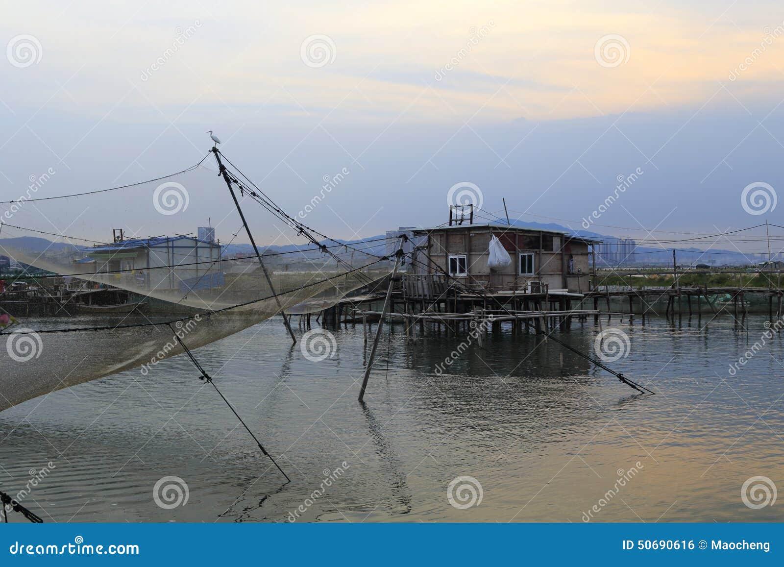 Download 在微明下的渔村 库存照片. 图片 包括有 火箭筒, 橙色, 日落, 城市, 风景, 港口, 黄色, 村庄 - 50690616