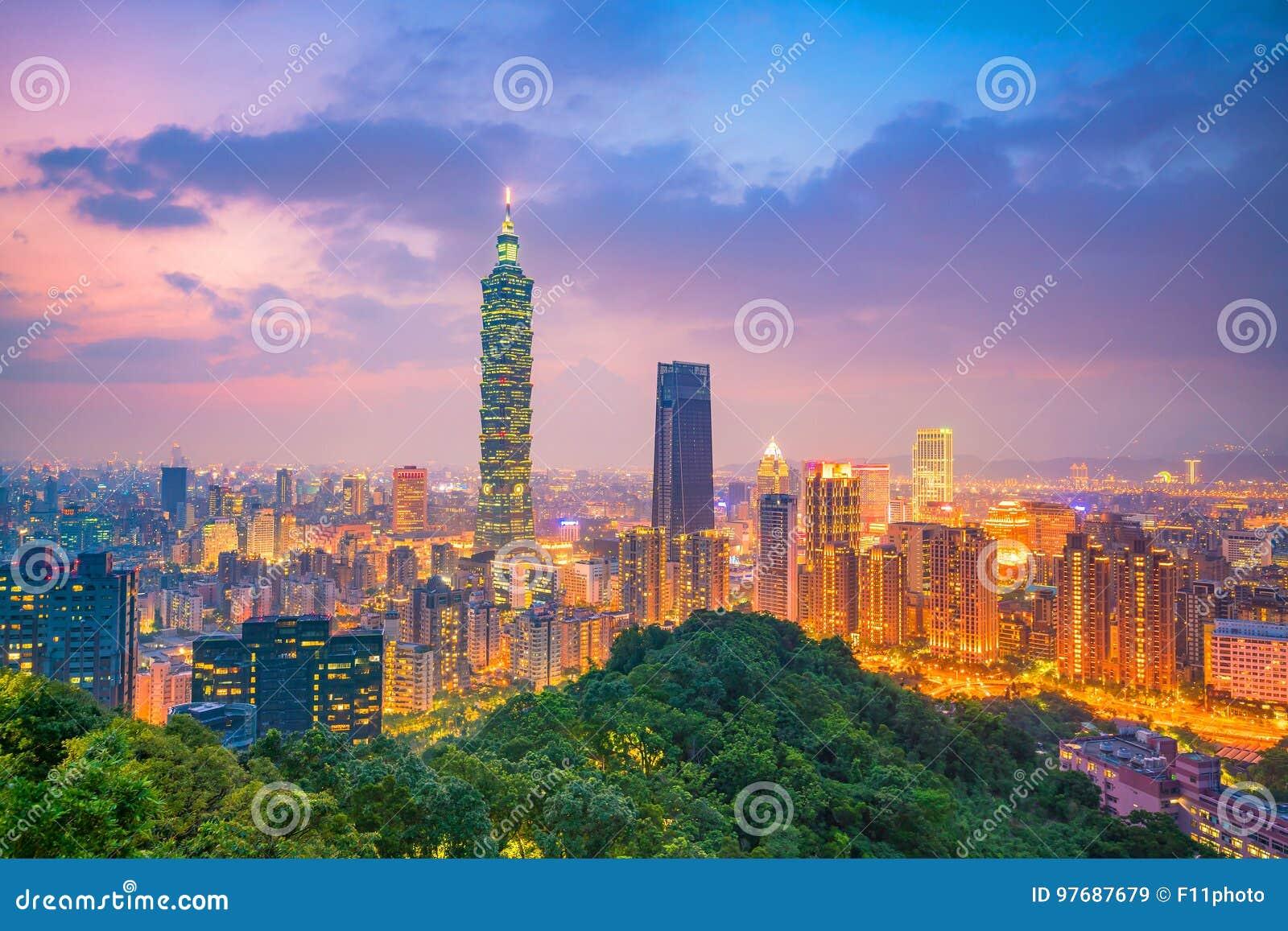 在微明的台北地平线城市