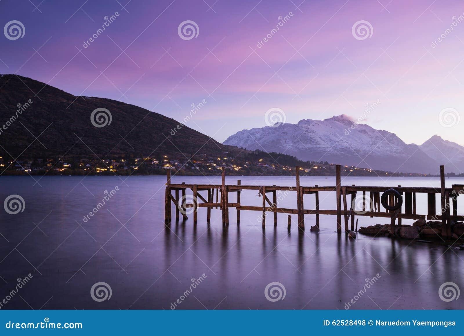在微明的木码头