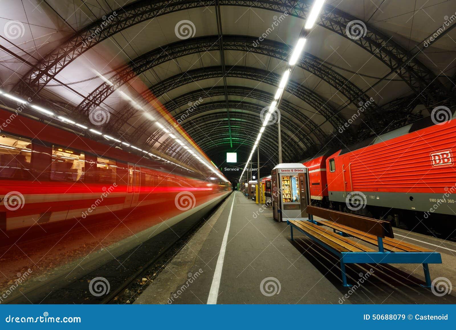 Download 在德累斯顿中央驻地的火车 编辑类库存图片. 图片 包括有 拱道, 铁路, 灯笼, 德国, 行业, 业务量 - 50688079