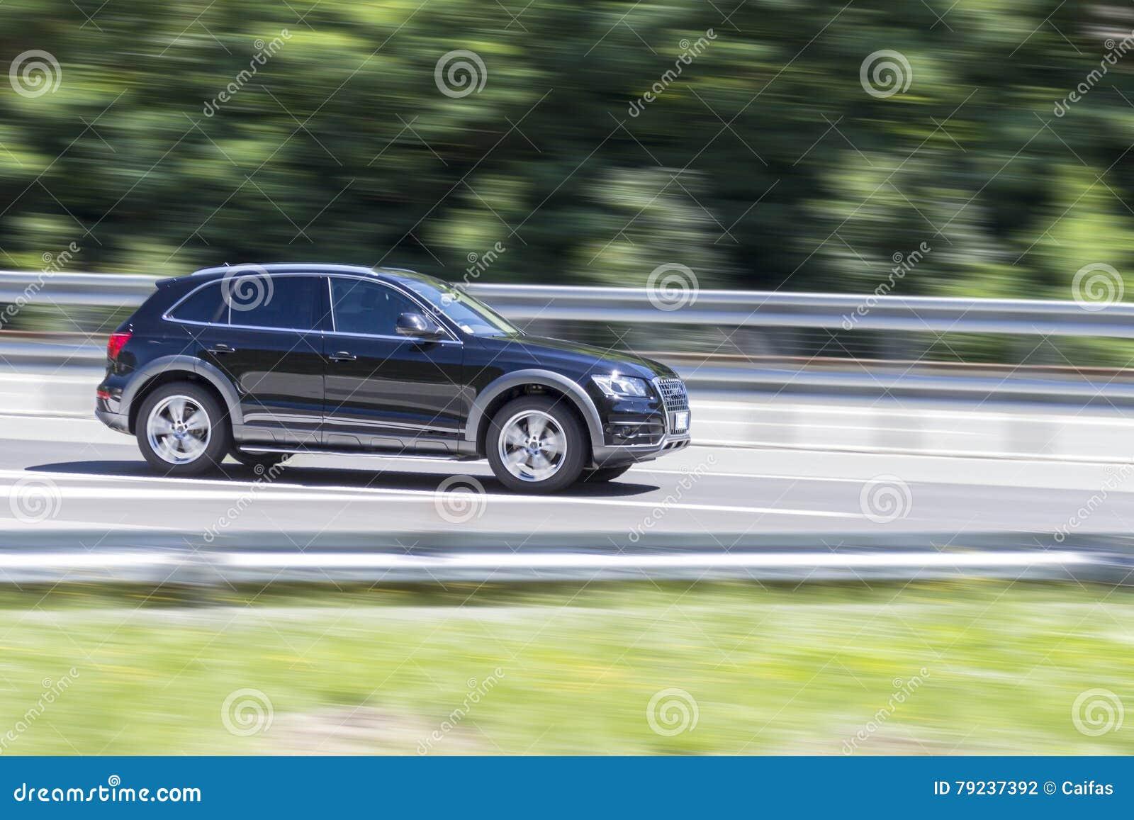 在快动作的汽车与对高速公路的摇摄作用