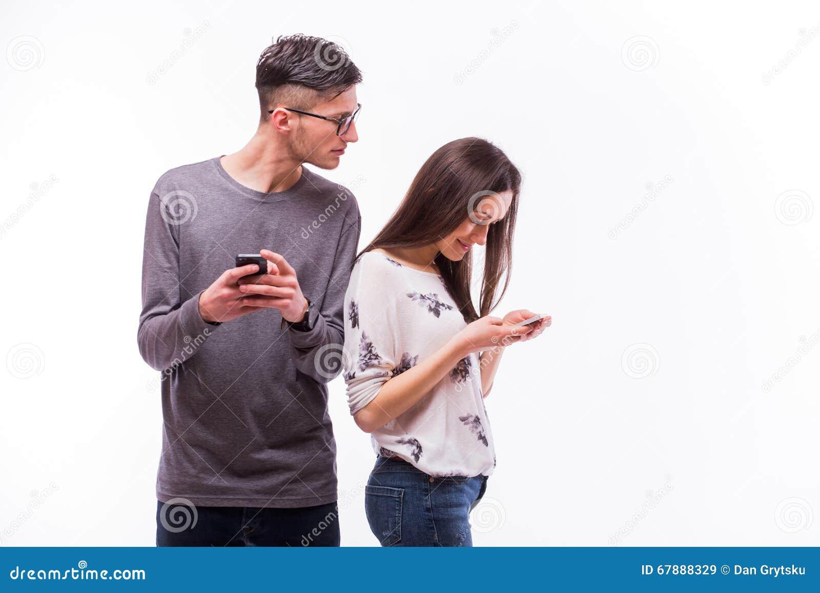 在忽略的爱的年轻行家夫妇与电话