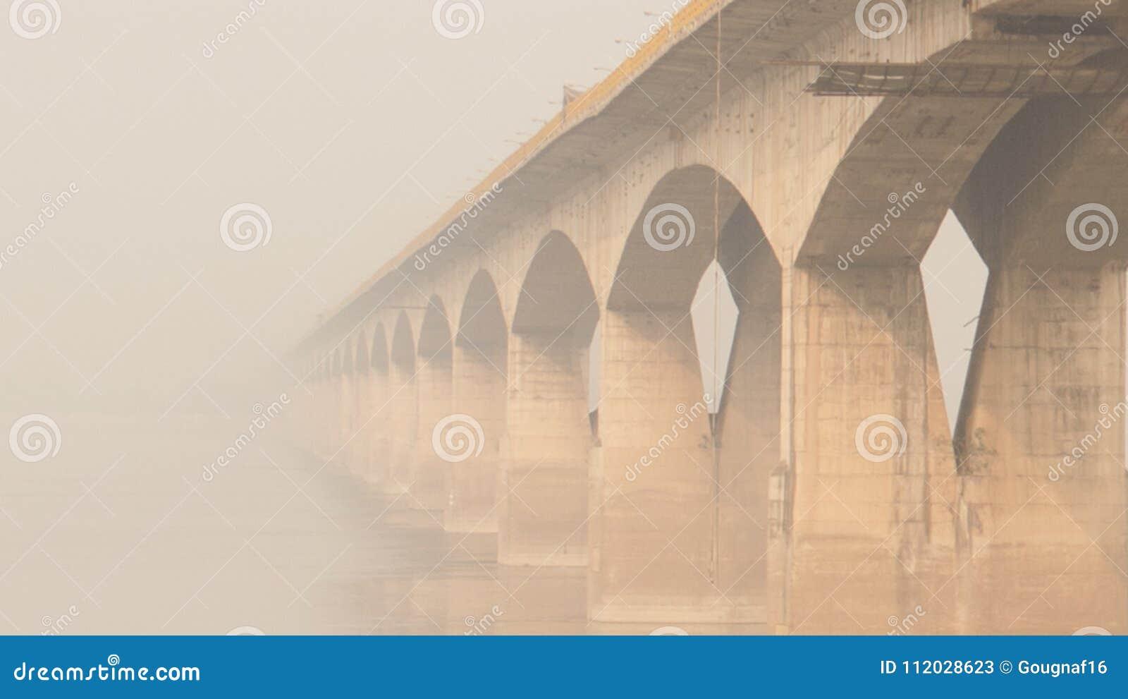 在恒河上的桥梁在巴特那,印度