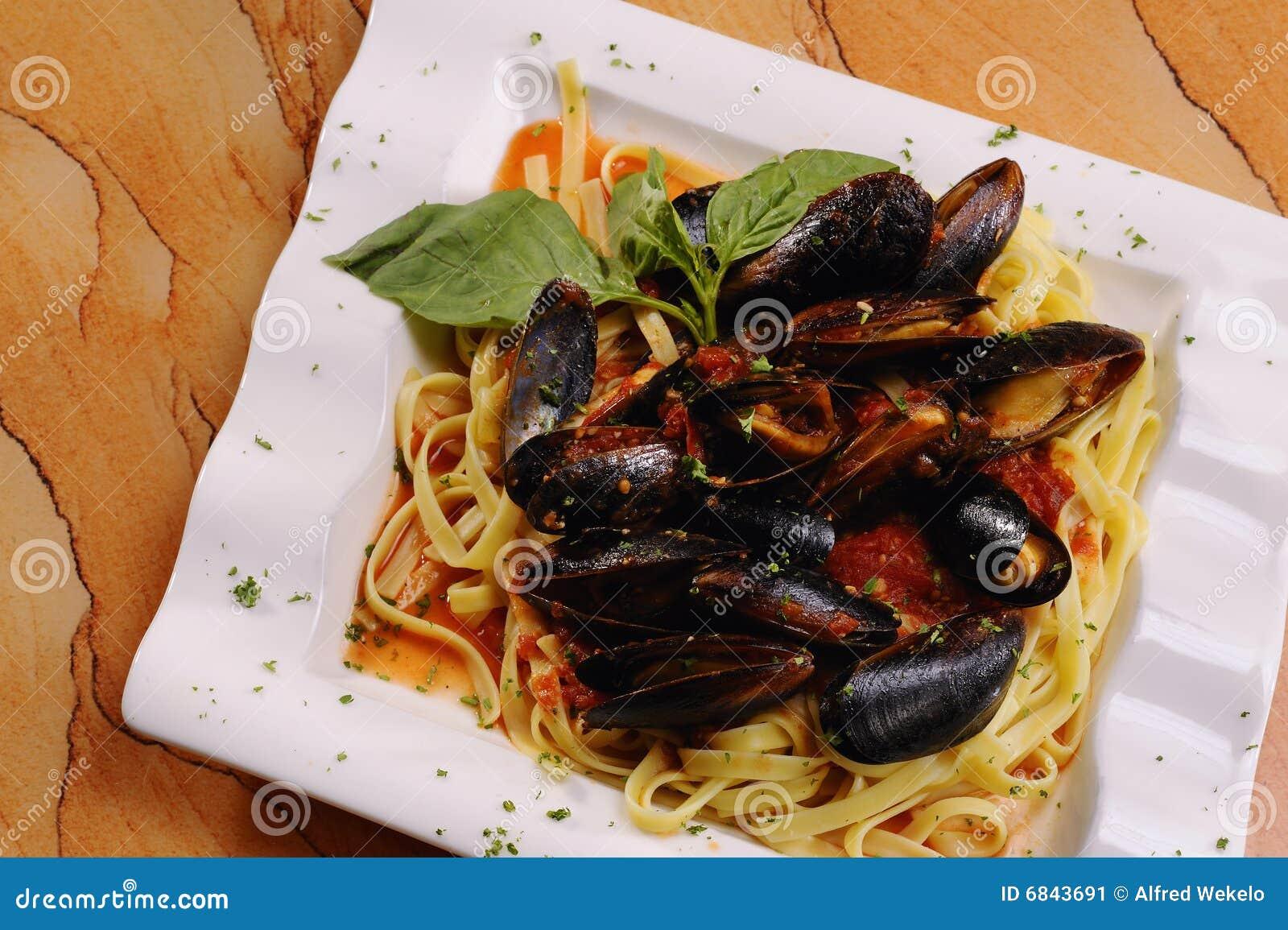 在意大利面食红色调味汁海鲜的淡菜