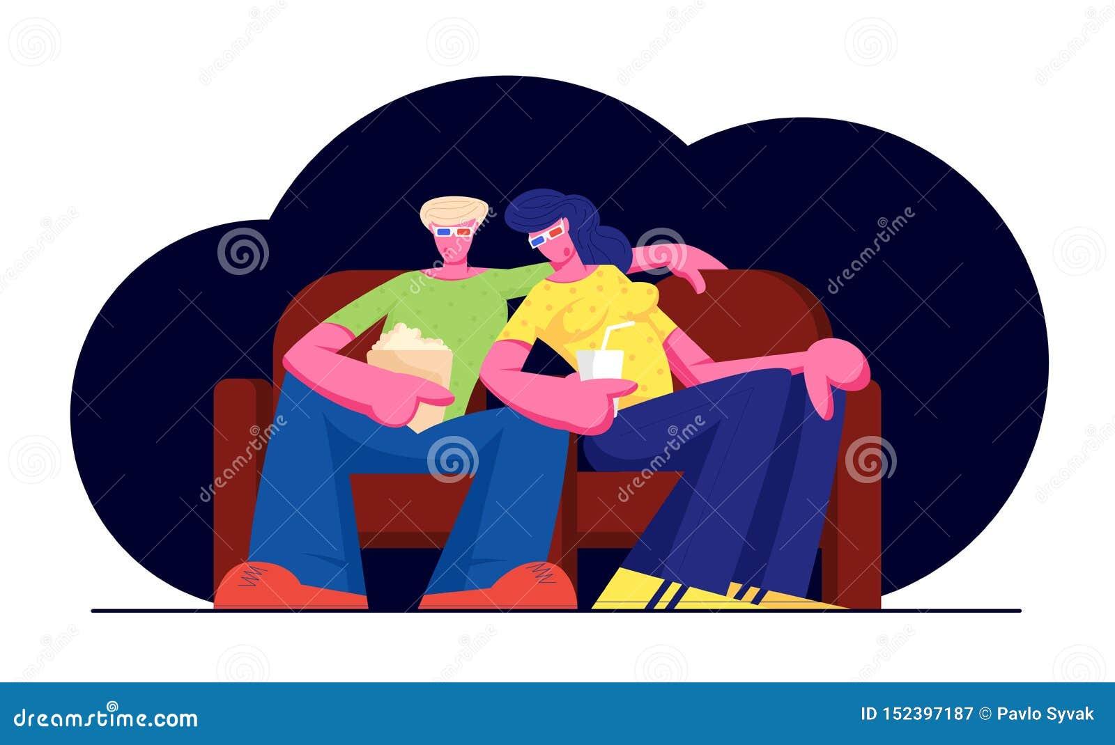 在戏院的年轻爱恋的夫妇手表电影用玉米花和饮料 在3d玻璃的字符坐长沙发