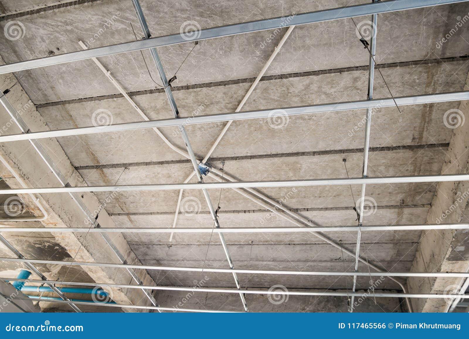 在房子安装糊墙纸板天花板的金属框架