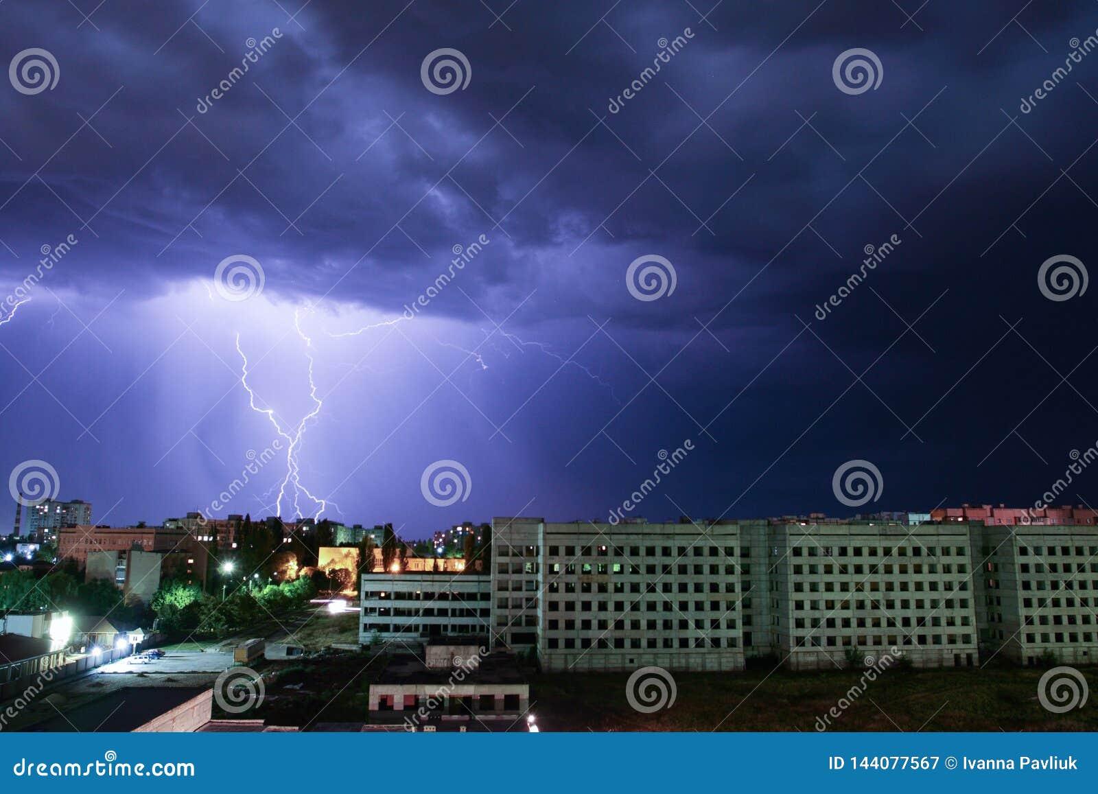 在房子的雷电 外面风暴 与闪电的雷暴在城市