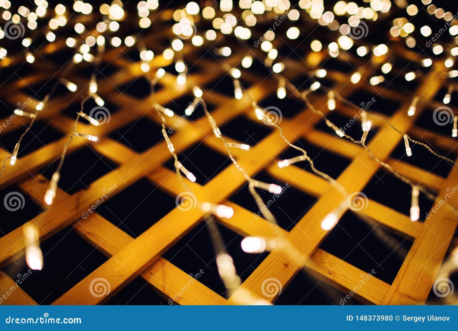 在房子背景纹理的圣诞灯在城市