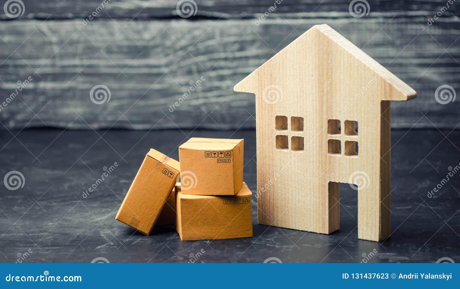 在房子附近的纸板箱 搬到另一个房子,拆迁的概念 物产和物品的运输