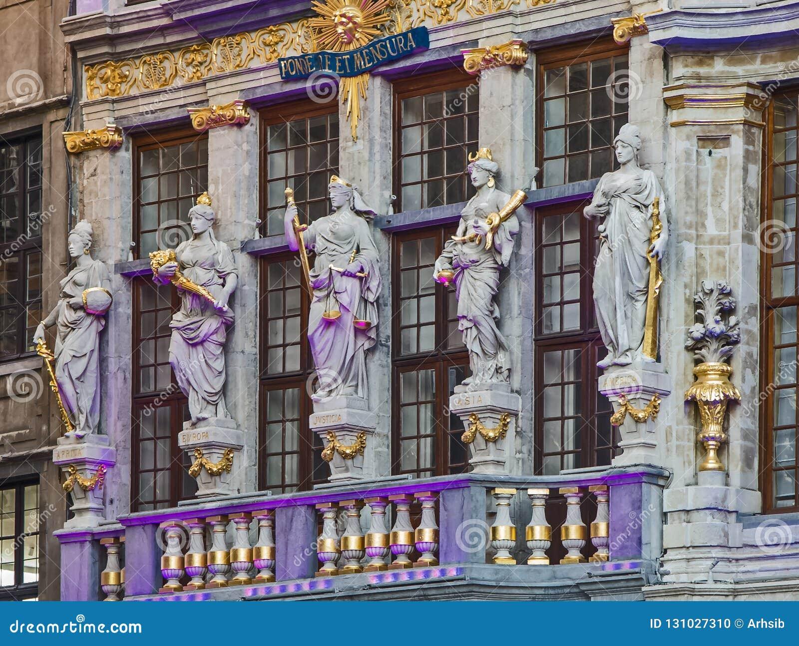 在房子Le雷纳的门面的雕塑在布鲁塞尔大广场,布鲁塞尔,比利时
