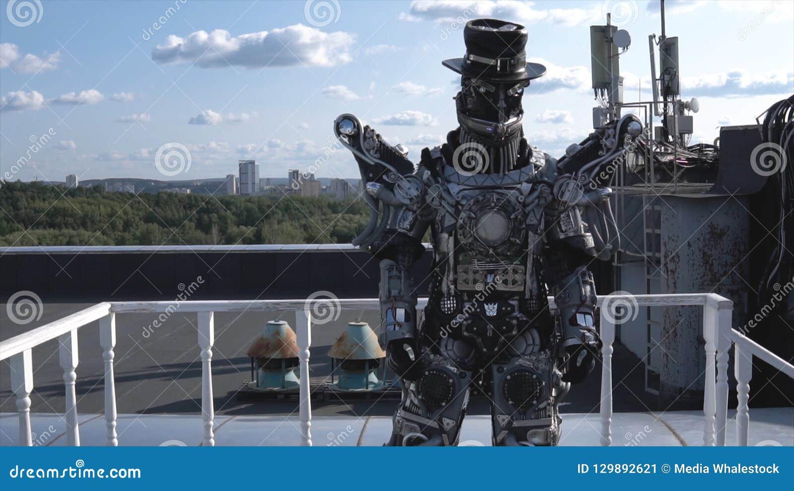 在所有成长的人的机器人被在天空蔚蓝背景的肢体驾驶与云彩的 英尺长度 有面孔和帽子的机器人