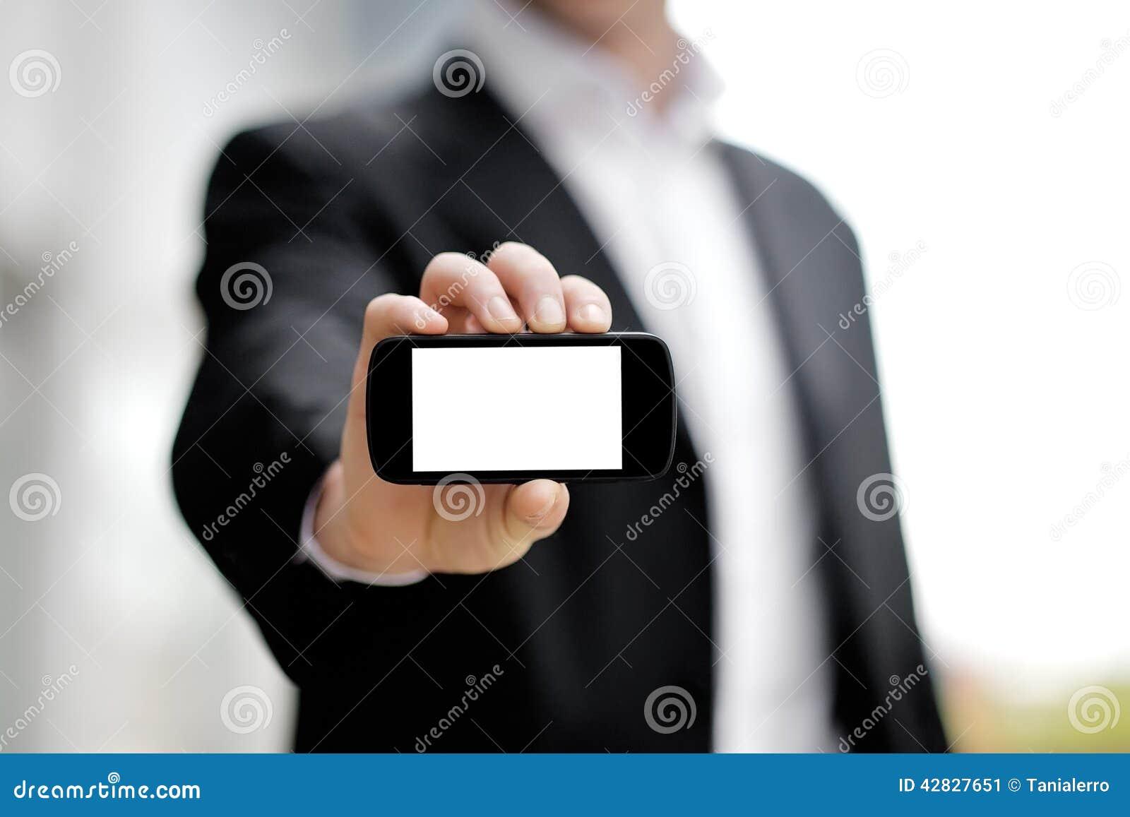 在手中显示黑流动巧妙的电话的商人