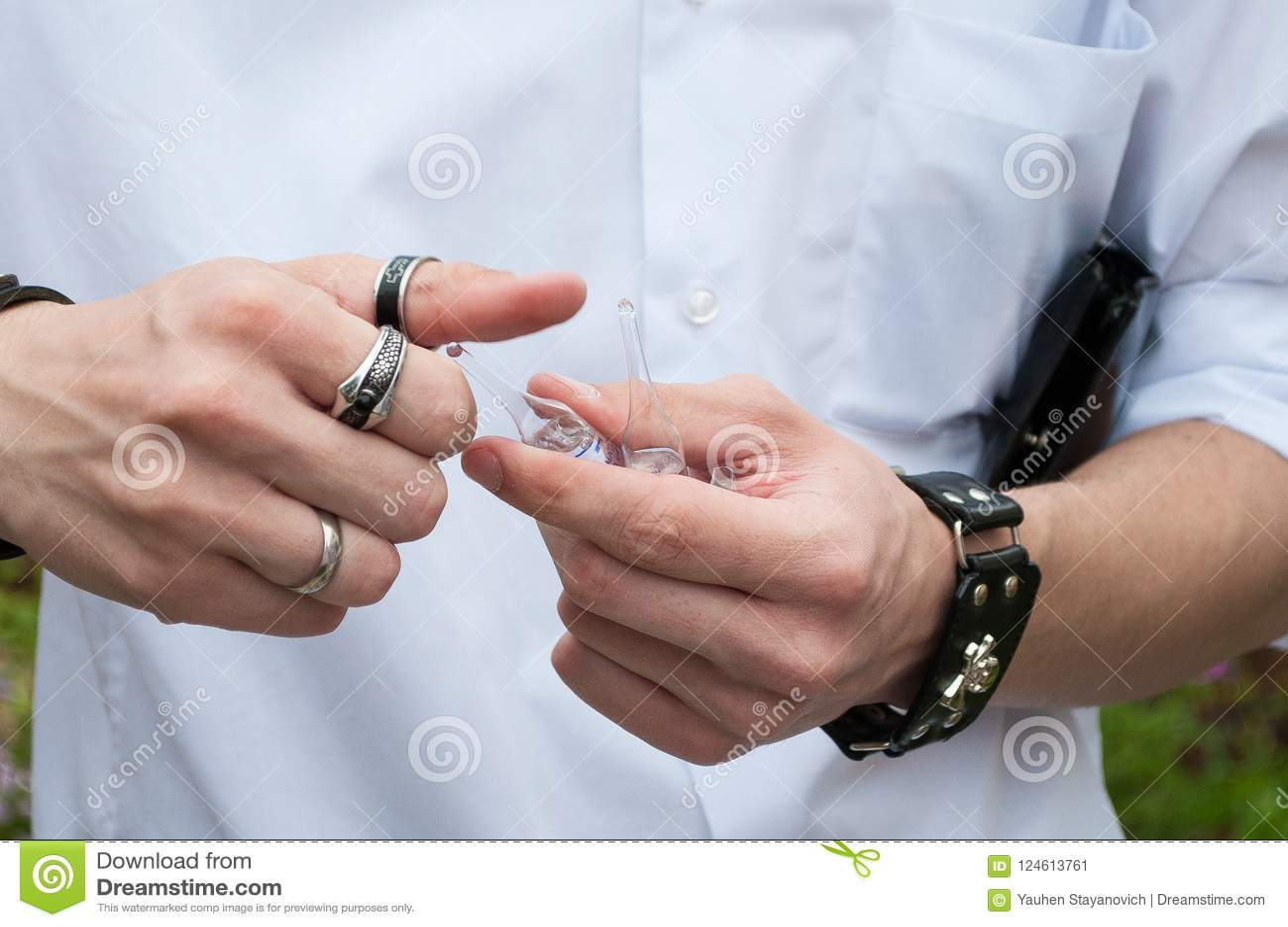 在手中注射器、医疗射入,棕榈或者手指 有针的医学塑料接种设备 医治护士 液体d