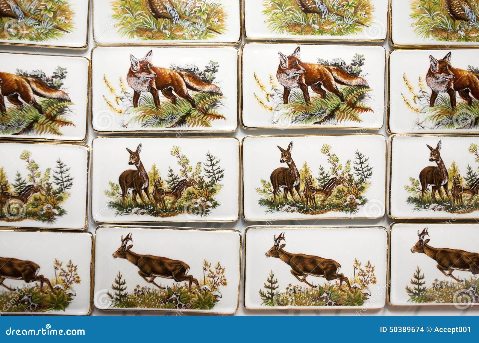 在手工制造瓷冰箱磁铁的野生动物主题