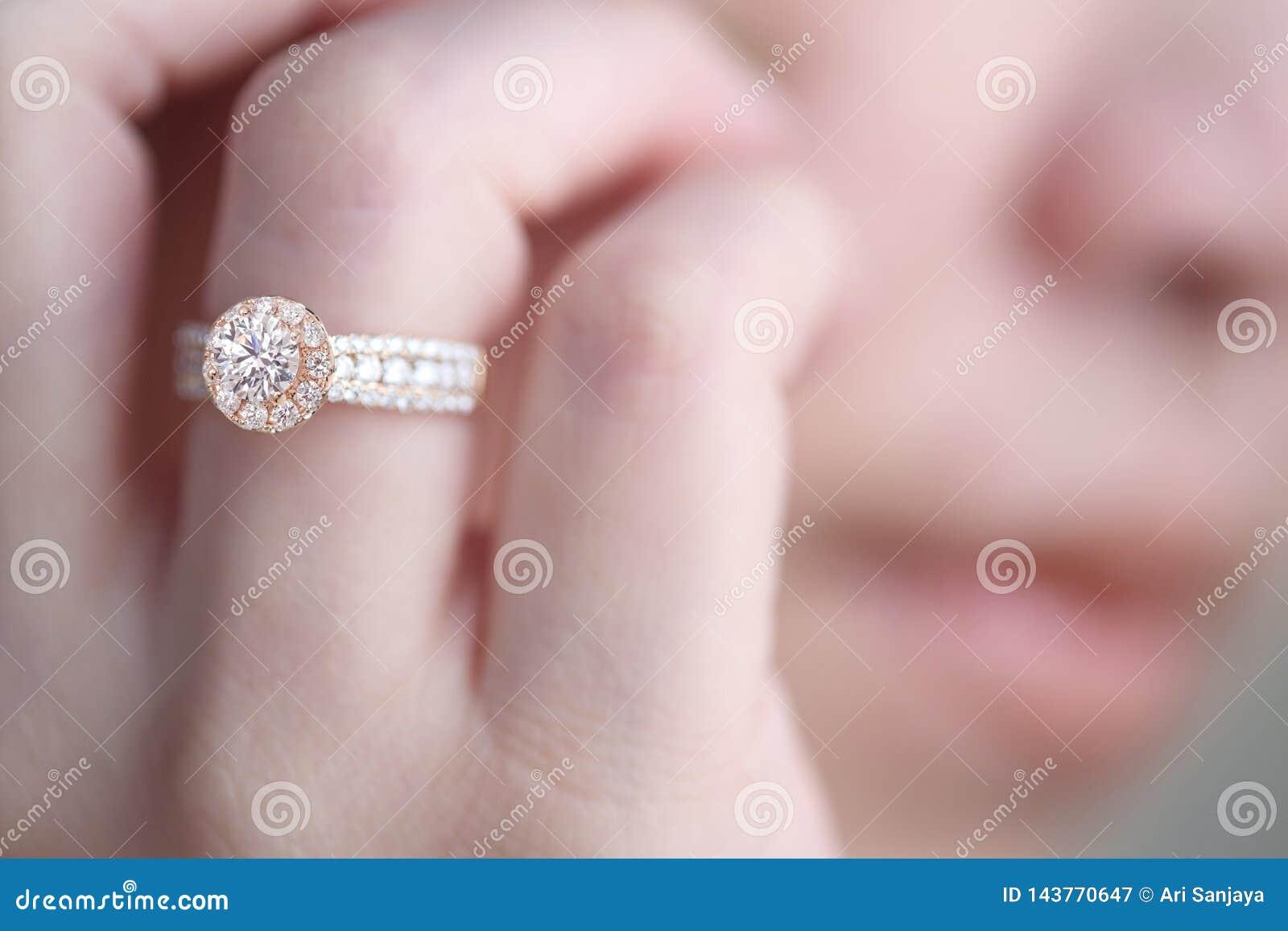 在手指的钻戒