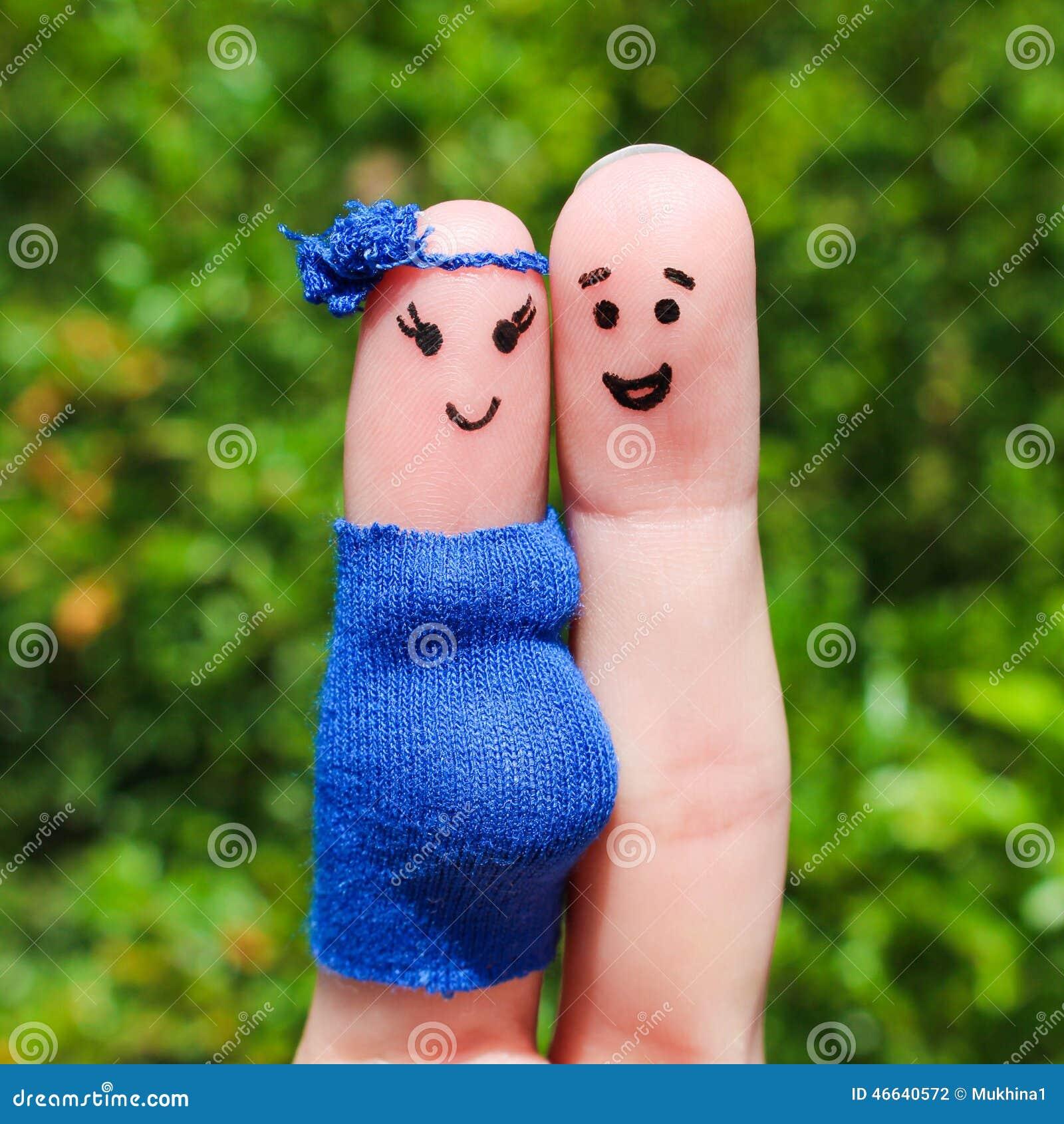 在手指绘的面孔 愉快的夫妇,妇女怀孕