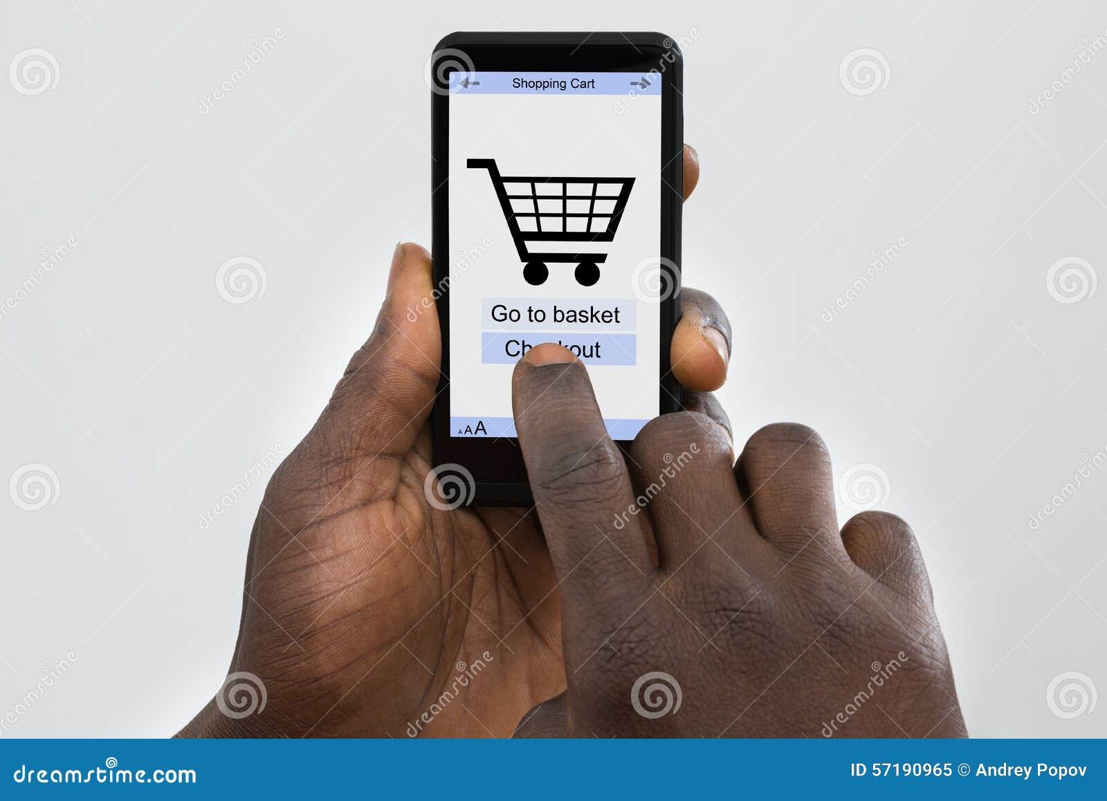 在手机的人网上购物