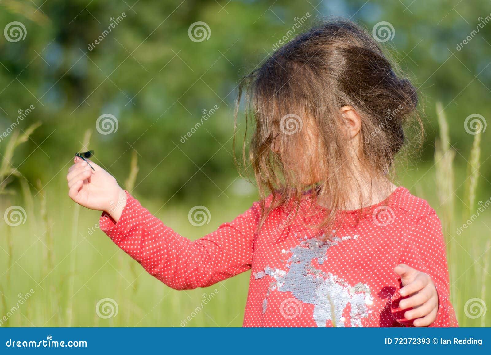 在手边看蜻蜓的幼儿
