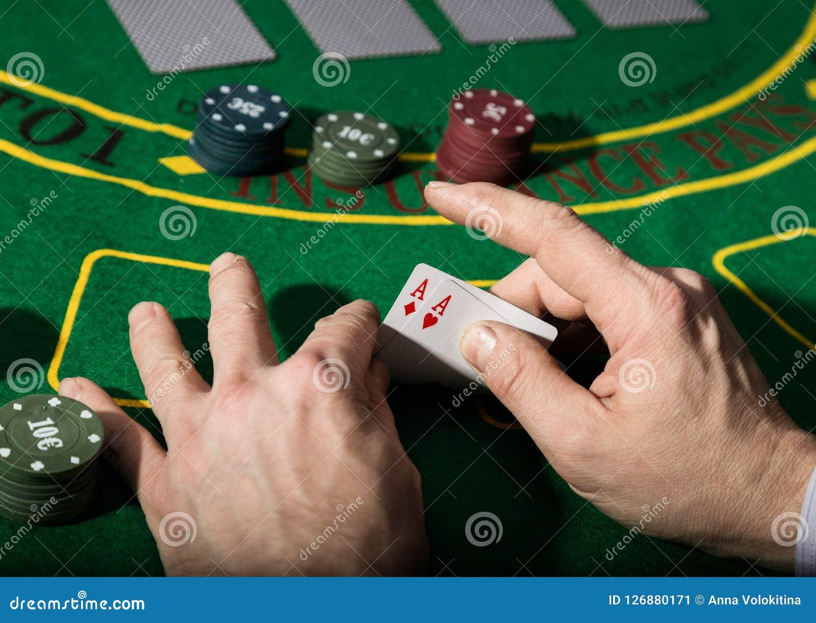 在扑克牌游戏的赢取的组合 卡片和芯片在一块绿色布料