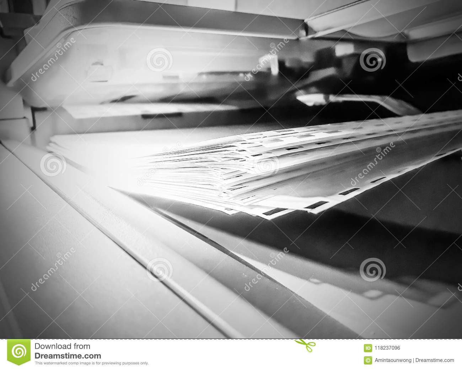 在打印机的白皮书板料