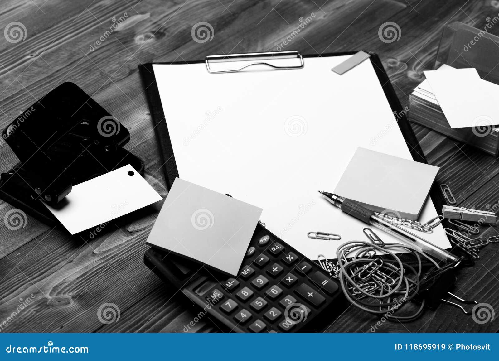在打孔器,贴纸,弹性附近截去与白皮书的文件夹