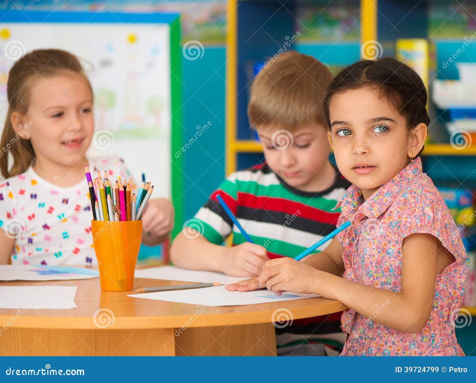 在托儿的逗人喜爱的儿童研究