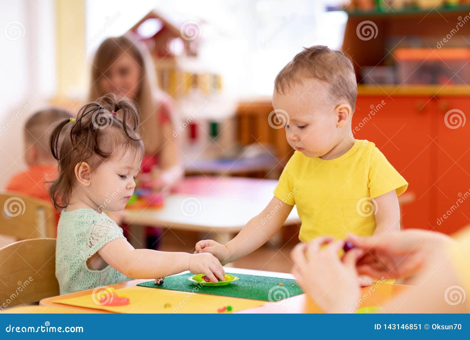 在托婴所小孩从戏剧面团的女孩和男孩造型