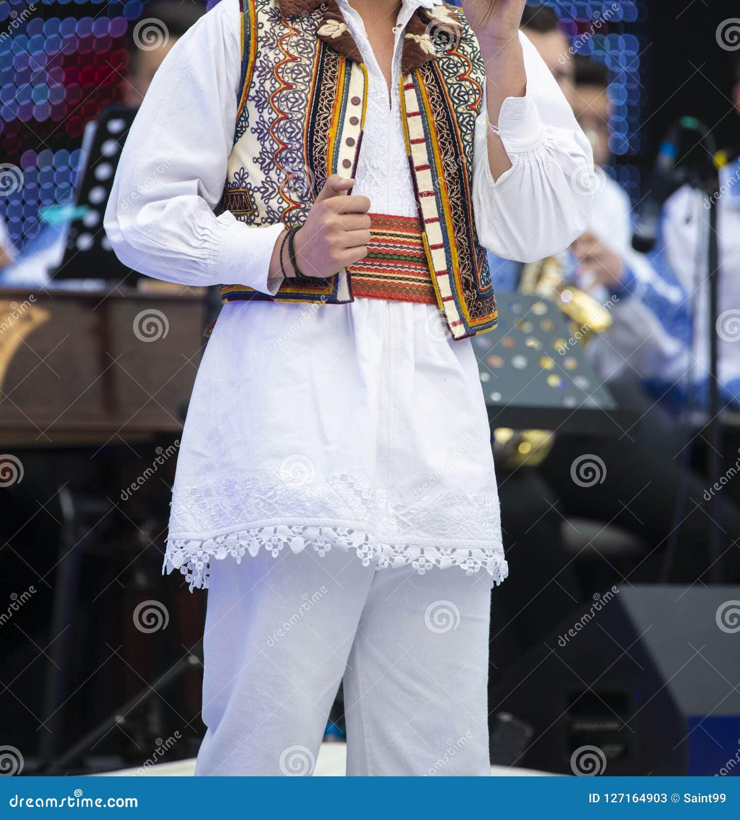 在执行在阶段的歌手的罗马尼亚全国服装