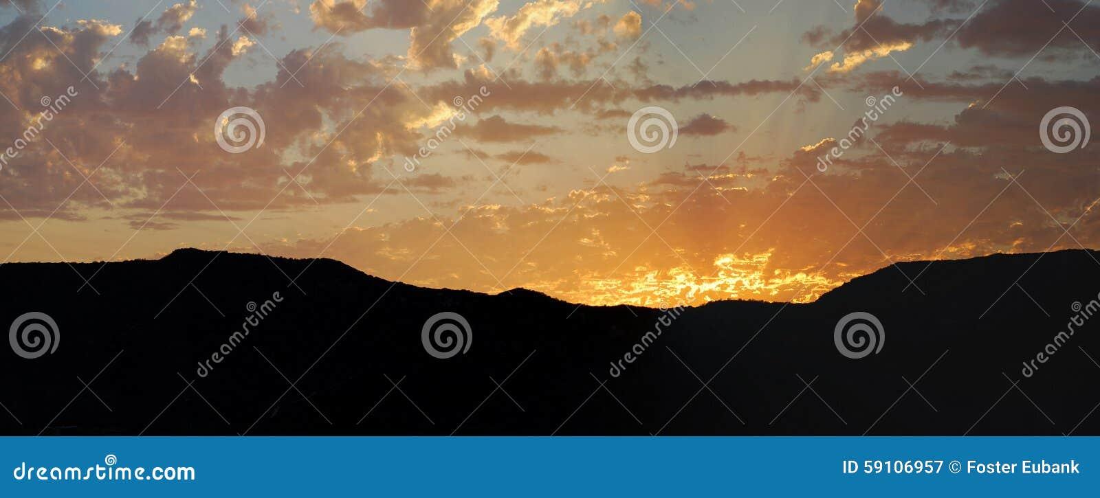 在拉古纳峡谷,拉古纳海滩,加利福尼亚的日落