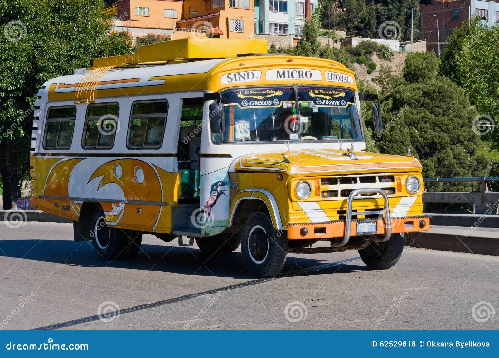 在拉巴斯,玻利维亚街道上的公共汽车