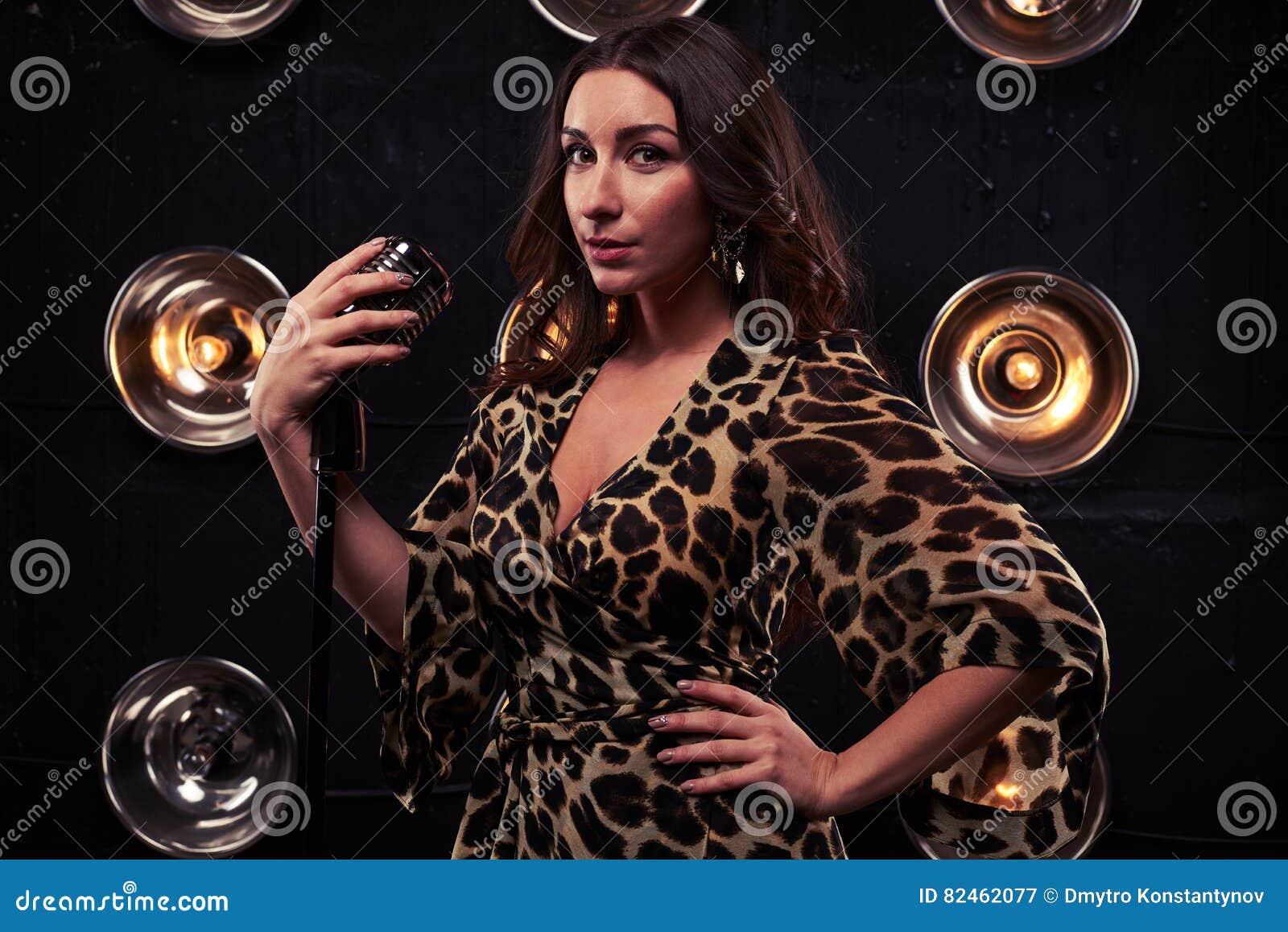 在拿着银st的一件薄绸的豹子礼服的半被转动的模型