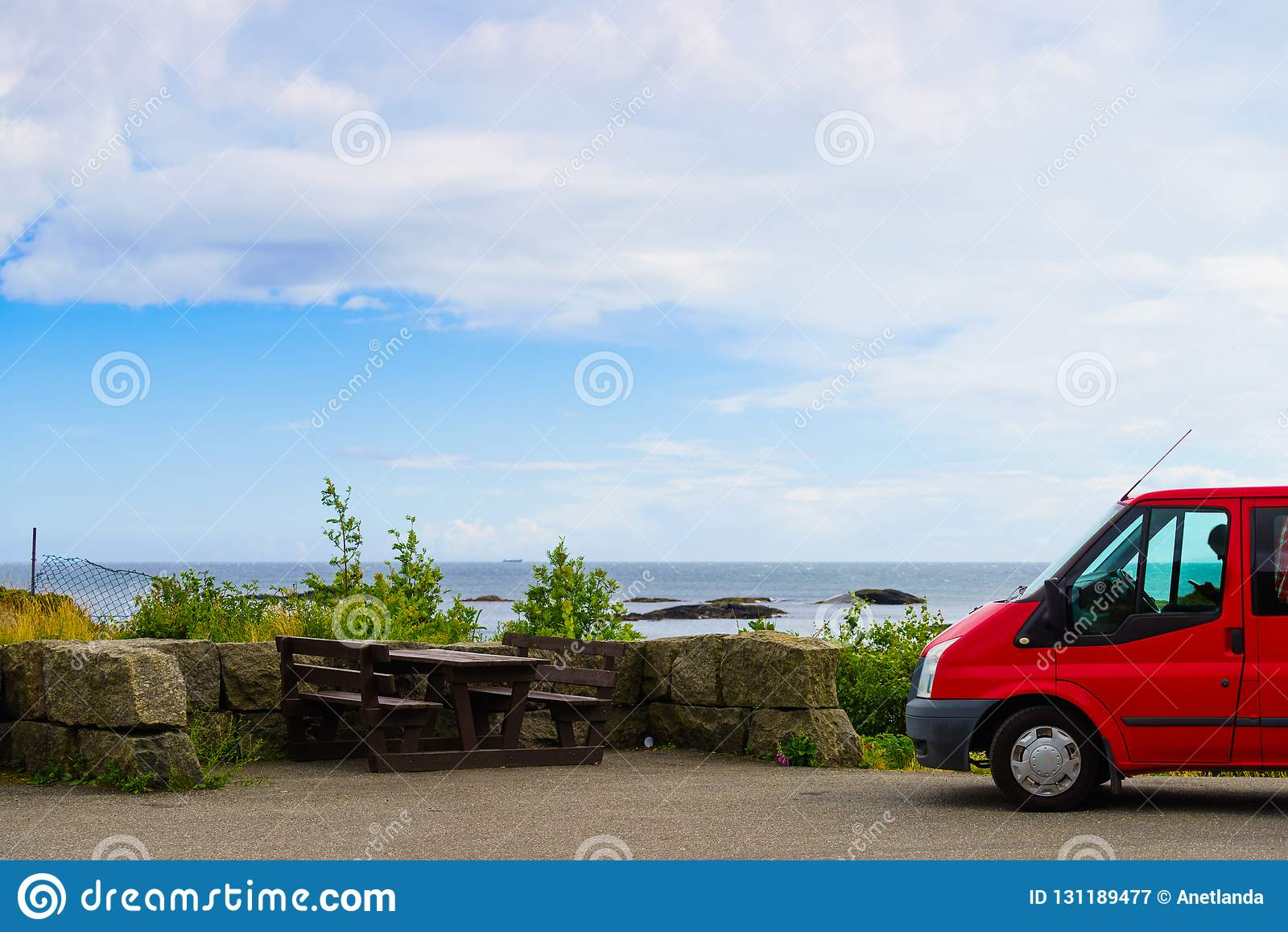 在挪威的海岸的露营车汽车有海景