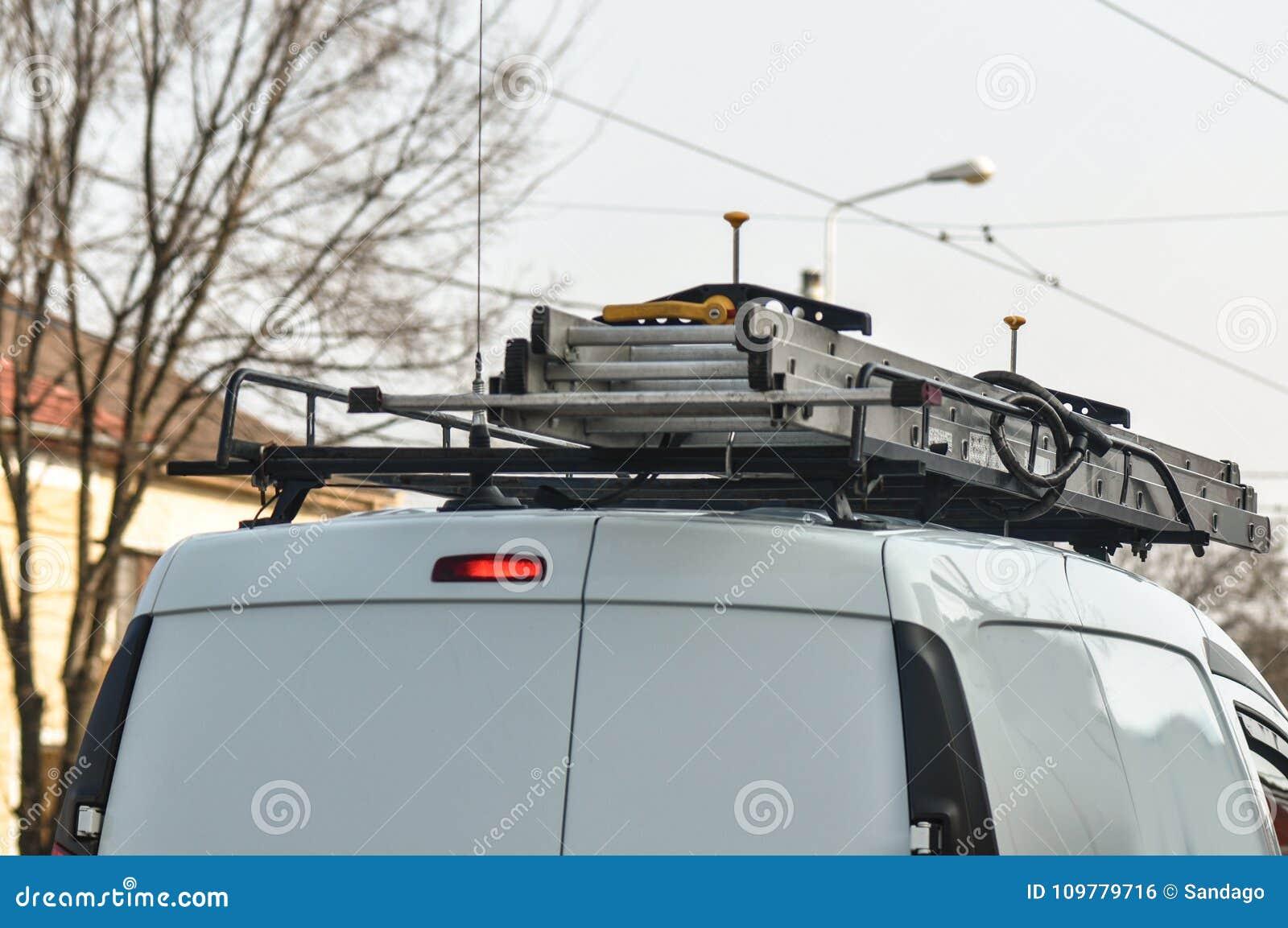 在搬运车顶部的被折叠的梯子