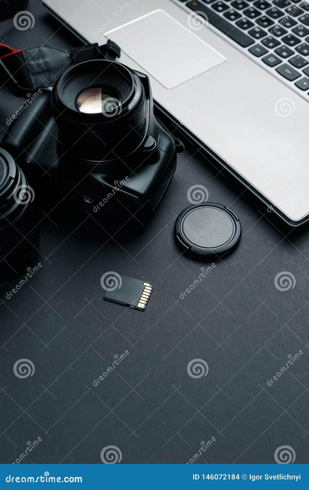 在摄影师黑桌上的工作区