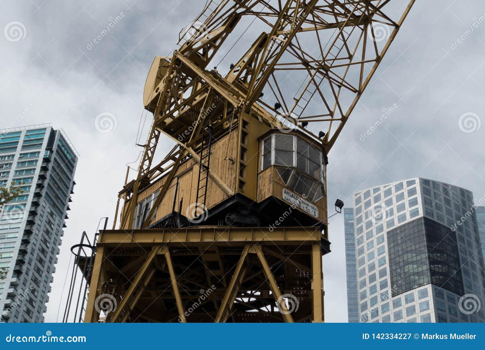 在摩天大楼之间的大起重机