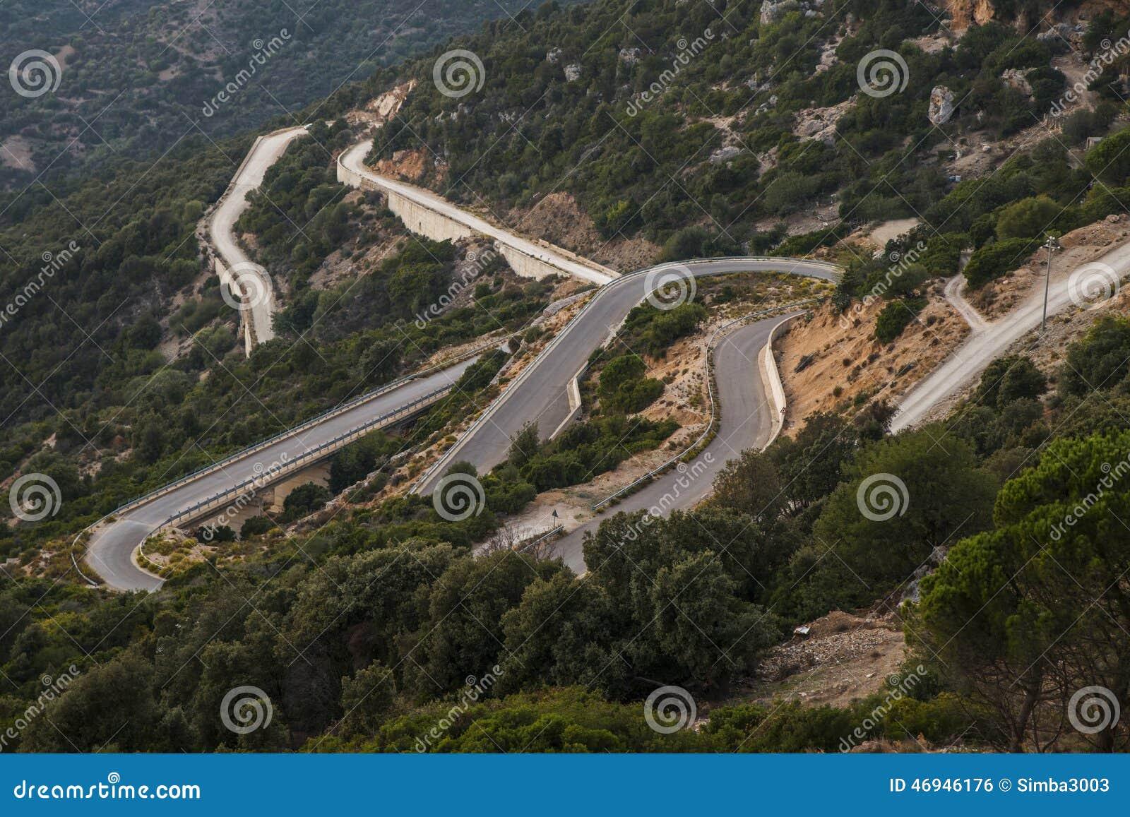 在撒丁岛的海岛上的山路